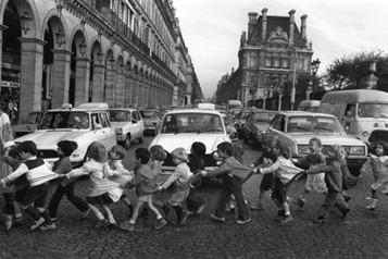 Robert Doisneau, Les tabliers de la rue de Rivoli, Paris